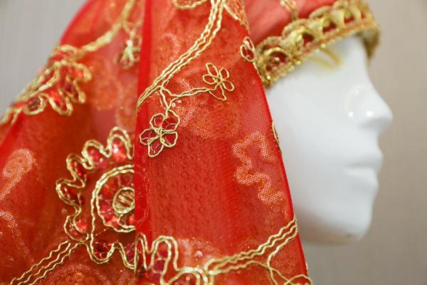 回族服饰上特色的手工刺绣(左)与做工精致的回族头巾(右)