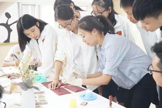 北京爱迪国际学校美国高中10年级课程有哪些?