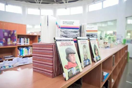 中加枫华国际高中图书馆