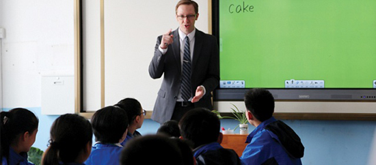 北大附屬實驗學校初中部老師在為學生上課