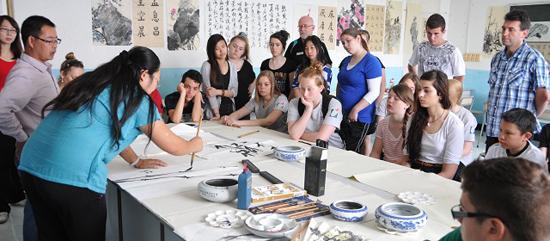北大附属实验学校初中部学生在练习书法