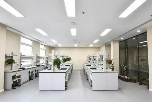 北京明诚外国语学校生物实验室