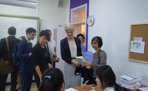 澳大利亚教育部部长来访北京中关村外国语学校,慰问关心学生学习情况