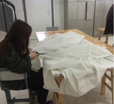 学生在进行服装设计