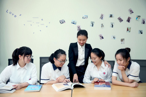 格瑞思国际学校老师指导学生学习