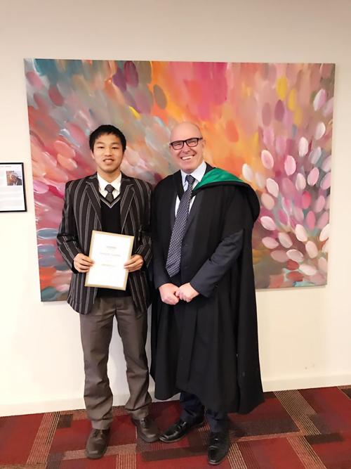艾文豪上海校区输送往艾文豪精英学校的优秀学生Herbert Hu,荣获2017年度校长嘉奖。